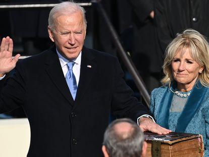 Joe Biden jura sobre la Biblia el cargo junto a su esposa Jill y en presencia del presidente del Supremo, John Roberts.