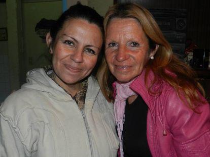 Cristina (izq.) junto a su madre, Julia.