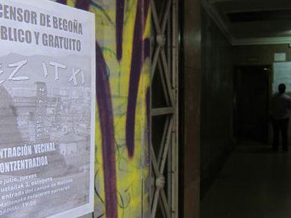 Entrada al ascensor de Begoña con un cartel contra su cierre.