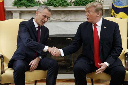 Stoltenberg (izquierda) con Trump en la Casa Blanca.