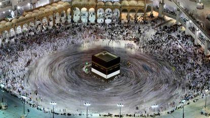 Peregrinos alrededor de la Kaaba en la Gran Mezquita de La Meca.