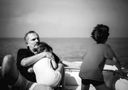 Miguel Bosé, en una de las fotos con sus hijos que ha publicado en Instagram.