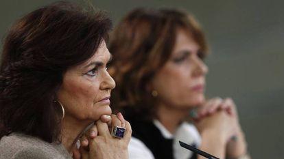 La vicepresidenta del Gobierno, Carmen Calvo (i), y la ministra de Justicia, Dolores Delgado, a su llegada a la rueda de prensa posterior a la reunión del Consejo de Ministros.