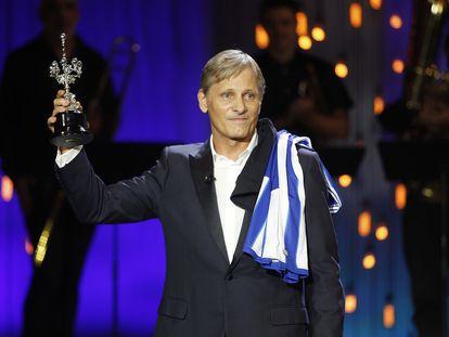 Viggo Mortensen, con el Donostia en la mano.