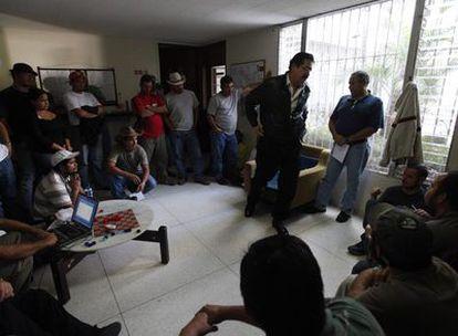 El presidente depuesto de Honduras, Manuel Zelaya, se pasea desesperado entre sus simpatizantes hoy en la embajada de Brasil en Tegucigalpa