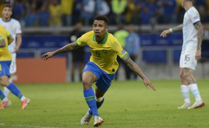 Gabriel Jesus celebra su gol frente a Argentina.