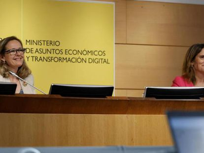 Las vicepresidentas primera y tercera del Gobierno, Nadia Calviño y Teresa Ribera, durante una intervención conjunta.