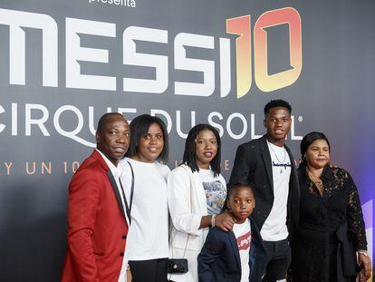 Ansu Fati (segundo por la derecha) con sus padres y sus hermanos en octubre de 2019 en Barcelona.