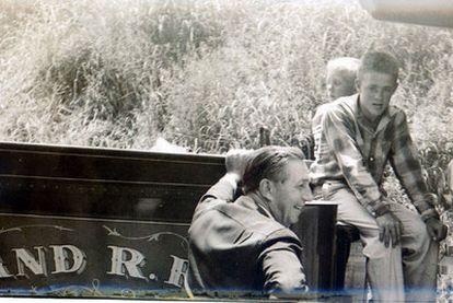 Una imagen del documental. El adulto es Walt Disney y el niño que está medio tapado es Tito del Amo.