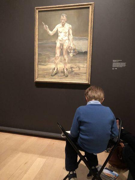Un niño copia el autorretrato de Lucien Freud en la Royal Academy of Arts de Londres