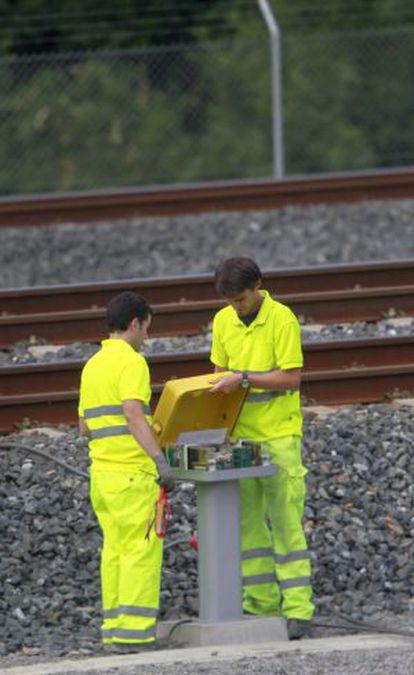 Trabajadores de Adif revisan una baliza en Angrois el 26 de julio