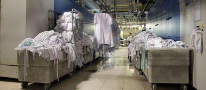 Imagen de la huelga de la lavandería que procesa toda la ropa hospitalaria de Madrid en 2013.