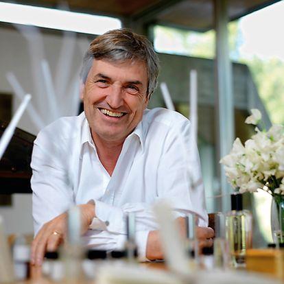 Un nariz con mucho ojo Desde 2004, Jean-Claude Ellena (arriba) ostenta el cargo de perfumista en exclusiva para Hermès. Firmó el contrato con la condición de no tener a nadie de 'marketing' condicionando la parte más creativa de su trabajo.