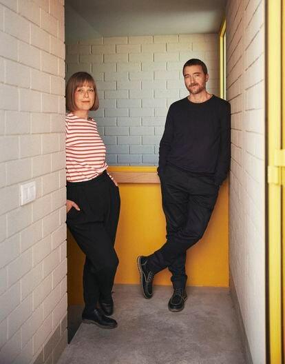 Los arquitectos Anna y Eugeni Bach, en la calle Horta de Barcelona. Es su última obra.