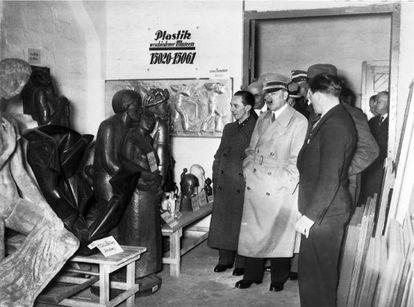"""Hitler, ante obras de """"arte degenerado"""" que ordenó retirar de los museos alemanes"""