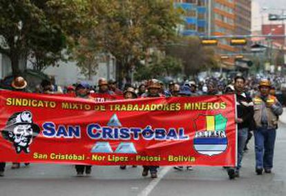 Trabajadores mineros protestan este 15 de mayo, en las calles de La Paz, al cumplirse diez días de protestas encabezadas por la Central Obrera Boliviana (COB) por exigir un incremento en las pensiones de los jubilados.