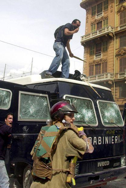 Enfrentamientos entre la policía y manifestantes antiglobalización en Génova el 20 de julio de 2001. Un joven perdió la vida.