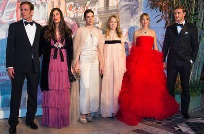 Desde la izquierda: Andrea Casiraghi y Tatiana SantoDomingo, Carlota Casiraghi, Alexandra de Hanover, Pierre Casiraghi y Beatrice Borromeo, durante el Baile de la Rosa en Mónaco, en 2016.