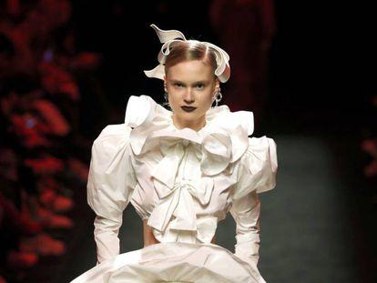 Una modelo desfila con una creación de Juan Vidal en la 71ª Mercedes-Benz Fashion Week de Madrid, en IFEMA.