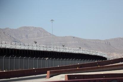 El muro que separa la frontera entre Estados Unidos y México fue visto por El Paso este viernes.