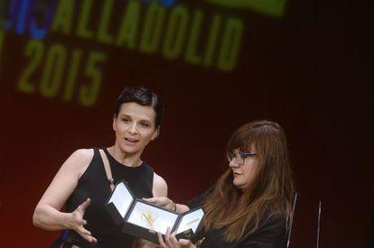 La actriz, Juliette Binoche, recibe la Espiga de Honor de la Seminci, de manos de la directora de cine Isabel Coixet.