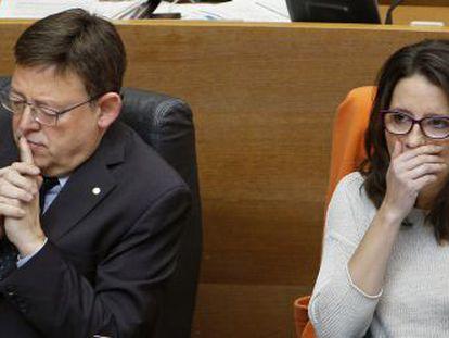 El presidente Ximo Puig, junto a Mònica Oltra, durante la sesión de control en las Cortes.
