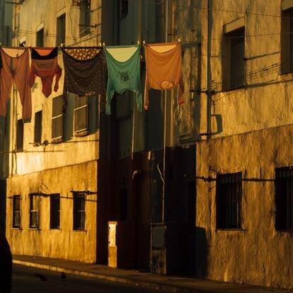 Una calle de la localidad de La Línea. Con 60.000 habitantes, cuenta con una población flotante de otros 10.000 lo que complica la prestación adecuada de servicios sociales.