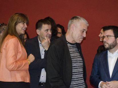 De izquierda a derecha, Laura Borràs (PDeCAT), Arnaldo Otegi (EH Bildu), Bieito Lobeira (BNG) y Pere Aragonès (ERC) charlan minutos antes de la lectura del manifiesto.
