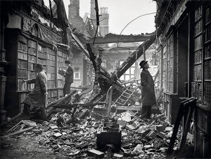 """La biblioteca de Holland House en Kensington, Londres, dañada por una bomba incendiaria Molotov """"Breadbasket"""", el 23 de octubre de 1940."""
