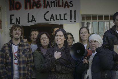 Sílvia Pérez Cruz, en el centro, en una imagen de 'Cerca de tu casa'.