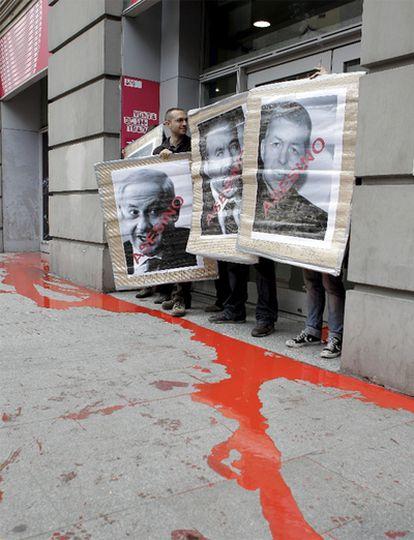 Un grupo de activistas propalestinos bloquean el acceso al Circo Price, en Madrid.