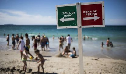 Limitaciones de baño en la Playa de Razo, en Carballo, situada en la
