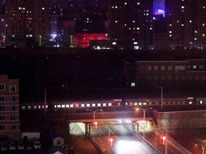 Tren norcoreano en el que probablemente efectúa su viaje a Vietnam Kim, a su paso por Dandong (China) este viernes.