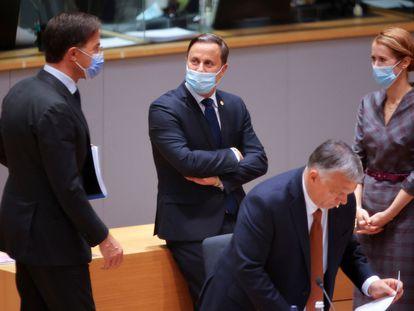 Desde la izquierda, los primeros ministros de Países, Bajos, Mark Rutte; Luxemburgo Xavier Bettel, y Estonia, Kaja Kallas, conversan este viernes al inicio del Consejo Europeo en Bruselas.
