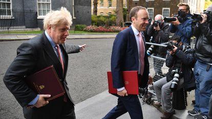 El primer ministro británico, Boris Johnson (a la izquierda), y el ministro de Sanidad, Matt Hancock, en Downing Street el 30 de septiembre de 2020.