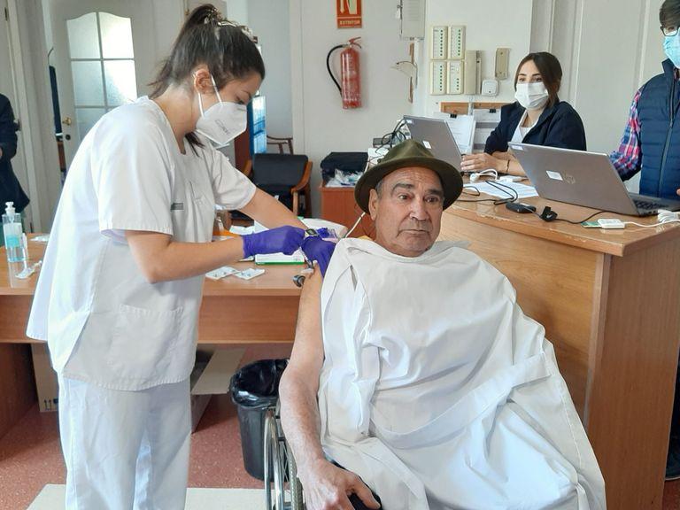 Salvador Brotons, de 65 años, fue la primera persona vacunada en la provincia de Alicante a finales de diciembre.