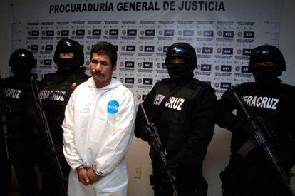 Elemento de la  Procuraduría General de Justicia del Estado escoltan a José Antonio Hernández Silva cuando fue presentado como responsable del homicidio.