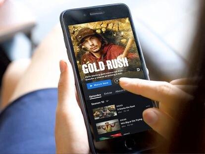 Una persona ve un programa de Discovery en su móvil.