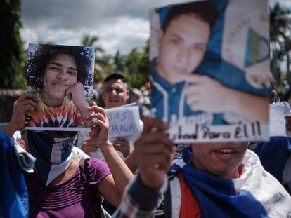 Opositores protestan por la liberación de presos políticos en el atrio de la Catedral de Managua.