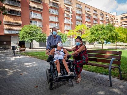 Carme Velázquez, su hija y su marido ante el edificio donde han conseguido un alquiler social.