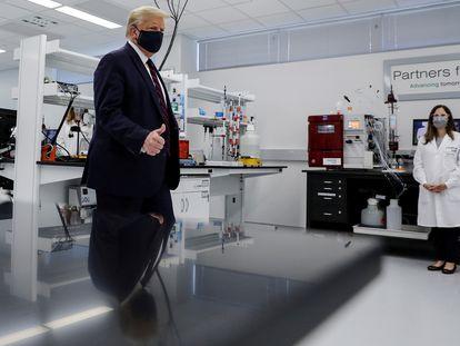 Donald Trump, en una farmacéutica de Carolina del Norte.
