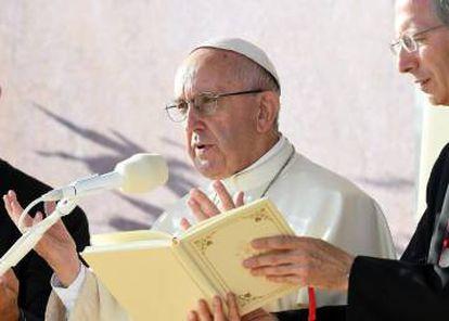 El papa Francisco oficia el Vía Crucis durante la Jornada Mundial de la Juventud en el parque Blonia de Cracovia (Polonia).