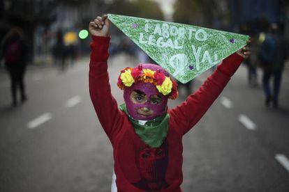 Una niña pide la legalización del aborto en la marcha de Ni Una Menos.