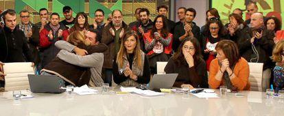 Presentadores y trabajadores de Canal 9 aplauden durante la última emisión de Canal 9.