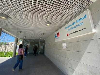 Una mujer se dirige a la puerta del Centro de Salud Las Margaritas, en Getafe (Madrid).