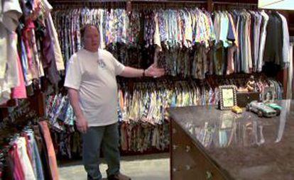 John Lasseter enseñando todas las camisas estampadas que tiene en el vestidor de su casa.