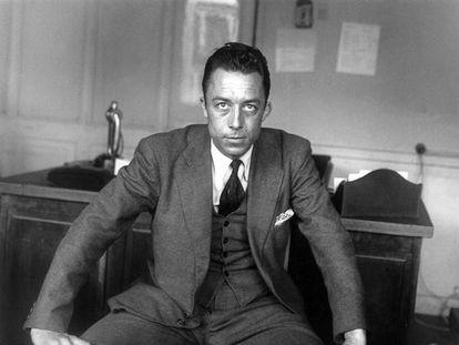 Albert Camus en 1945, en la oficina de la publicación 'Combat'.