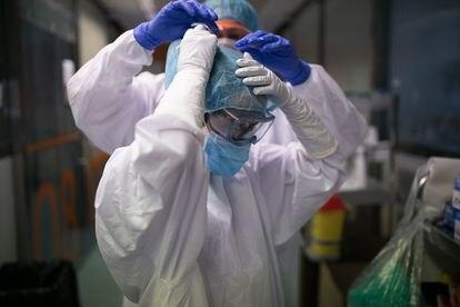 Unidad de vigilancia intensiva respiratoria con enfermos de covid-19 del Hospital Clinic (Barcelona), el 14 de abril de 2020.