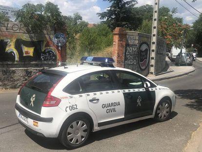 Un coche de la Guardia Civil custodia el lugar en el que se produjo el crimen.