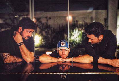 """Antonio Orozco (a la derecha), David Bustamante (a la izquierda) y Pablo López (centro) son grandes amigos. Como muestra esta imagen que López compartió en Instagram con el texto: """"Dos ángeles y un piano""""."""